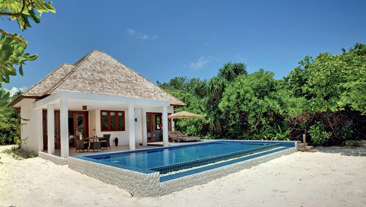 DELUXE BEACH RESIDENCE WITH POOL